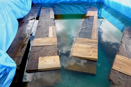 仮設の水槽に浮かべた石橋の土台 含水率100%?