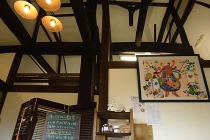 長坂さん家の内観(玄関ホール見上げ) お嬢様が描いた絵がとても良い感じ