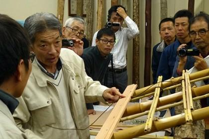 斉藤棟梁に指導を受ける望月(左隅)