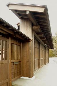 カーポート正面の三本引き大戸(木製)とその屋根