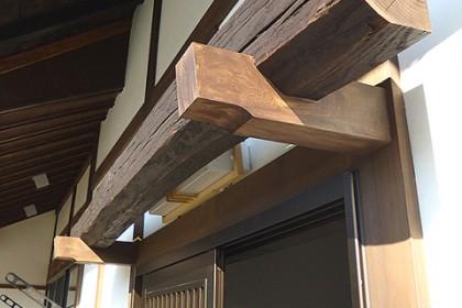 玄関入り口 照明を隠す古材のデザイン