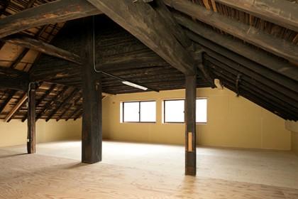 小屋裏は大きな収納場所として使用