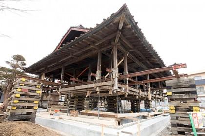 地面を90cm掘削、家を1m50cm持ち上げ、できた計2m40cmの空間で新たに家の基礎工事を行う