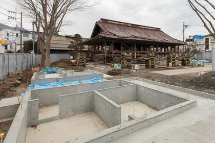 右奥に地上に浮き上がった主屋、手前にあった長屋門は腐朽が大きかった為、一時解体して修理した後再び現場に建てることに。