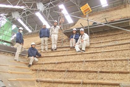 現場は、主屋の茅葺屋根の工事中。 今回研修に参加したのは、設計部2名現場監督4名