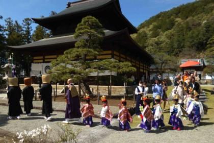 虚無僧の尺八演奏を先頭に稚児行列が秋葉神社へと進む