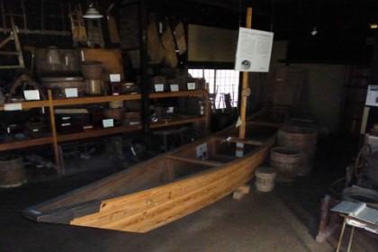 屋内には富士川水運の船も復元され展示されている