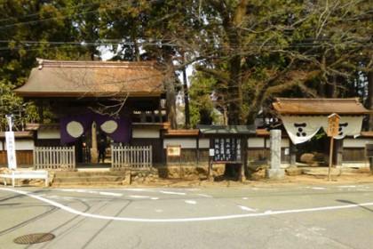 修理工事が完了した総門と通用門 (東京都指定文化財)