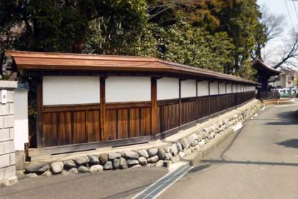 修理工事が完了した境内を囲む塀 (南西面)