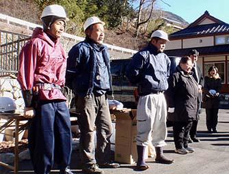 左から西尾さん、手伝いの向藤原さんと加々美(伝匠舎)