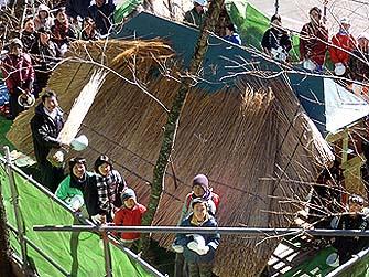参加者が屋根に上って記念撮影