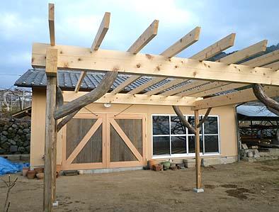 新設されたパーゴラと完成した作業小屋