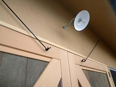 古材の板を張った両開きの大戸は金具に吊られて開閉