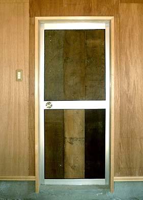 アルミサッシドアのアルミパネルの代わりに古材の板を