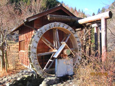 修理が完了した水車小屋