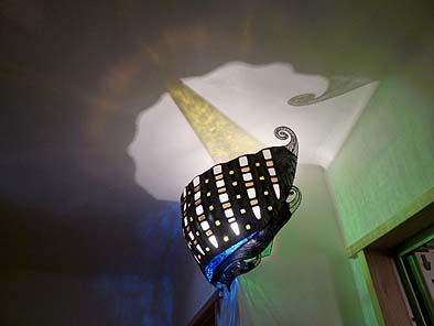 ステンドガラスの特注照明器具を設置、漆喰壁に色や形が映えて美しい