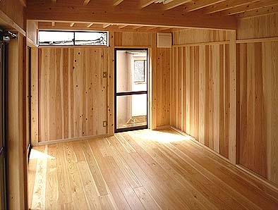 1階倉内観 南方向を見る 木質感あふれる室内