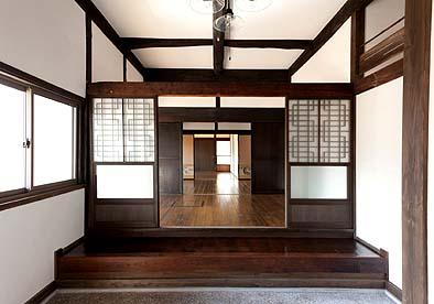 玄関から前室、居間、こども室を見る