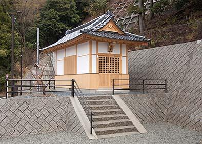 造成された地盤にコンクリートのベタ基礎を施工、総ヒノキの社殿を建設