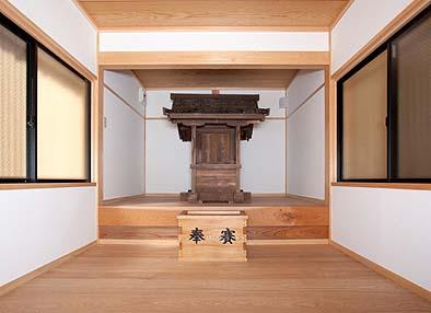 室内は奥に内陣を一段高く造り、古く伝わる本殿を祭る