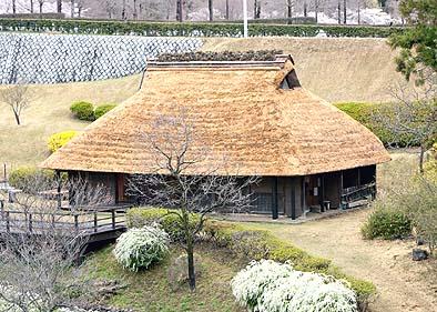 竣工外観 棟は芝棟で岩松が植えられている