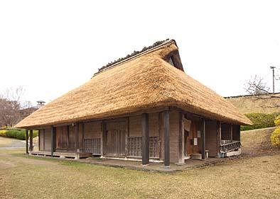 竣工外観 寄せ棟に近い入母屋造りの屋根、差し茅の工法で修理された