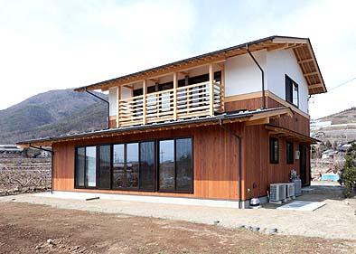 竣工外観 南東面 南面に大きな窓と二階にはベランダと手摺