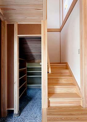 玄関 階段の下に下足収納スペースを設ける