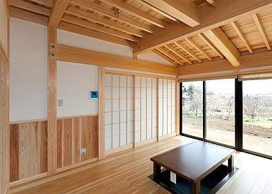 堀ゴタツのある居間、ダイニングと分かれている 根太天井が見える