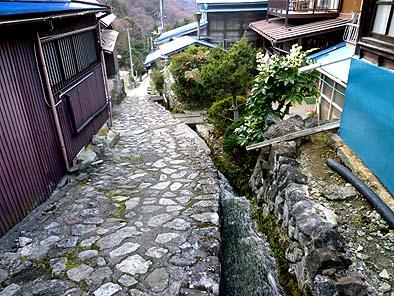 湯之奥村の坂道、清流が流れ下り、石畳が美しい