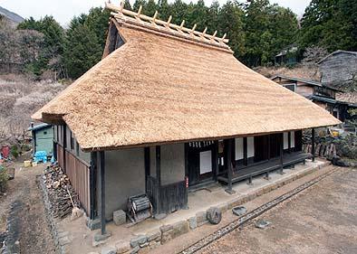 竣工外観 南西面 南側縁の屋根は葺き下がっている