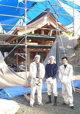 中央に大工棟梁の井上、左に志村、右に松永