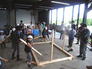 土台を敷き一階の柱を建てる