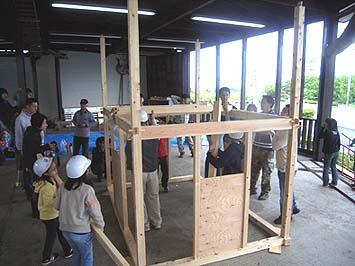四方の隅に通し柱を建て一階の桁を仕込む