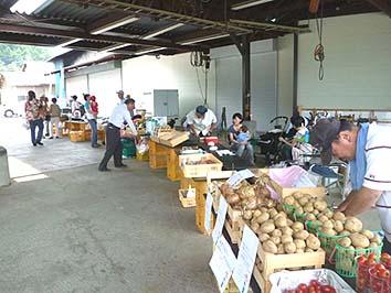 7月24日マーケットの第一回初日、地元の野菜や果物が並びました