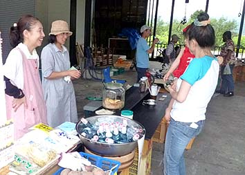 自家焙煎のコーヒーは午前中あっという間に売り切れ、昔懐かしいラムネも並びます