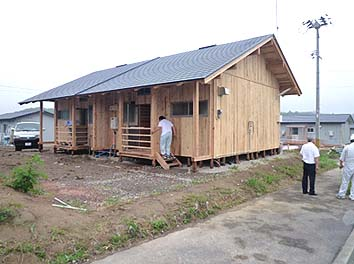 ほぼ完成した板倉仮設住宅の外観