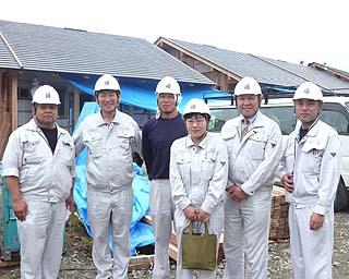 6月27日社長・常務等含む6名で現場へ。中央紺のTシャツが長坂、現場の所長さんから「素晴らしい働きと」お褒めの言葉を(感涙!)