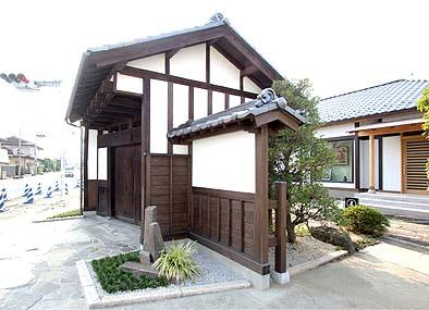 東側より側面を見る、不思議なことに扉が建物に対して斜めに付いている、後ろに見えるのは国際梵字仏協会「窪田成円サロン」