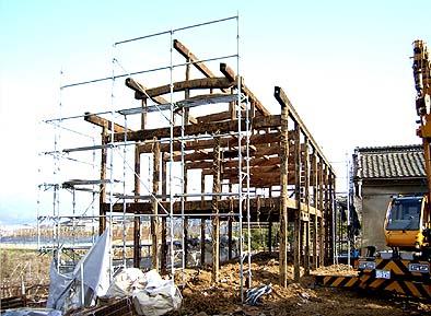床、壁、屋根の解体が進み理路整然とした軸組みが現れた蔵