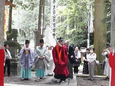 多くの信者さんを集めて落慶式が行われました(随神門にて)