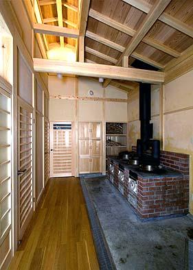 竃(かまど)屋内観 釜戸を復元、上部に突き上げ屋根(煙出し)