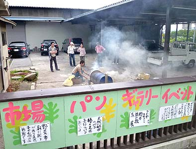 蔦谷政子さんの手作り看板が掲げられました。市場、パン、ギャラリー、イベント全てがミニでしたが、その行動力には脱帽です