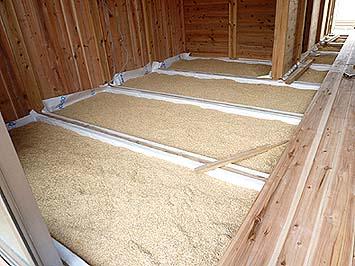 床の断熱材はもみ殻でできている、さらに屋根の断熱材は茅、壁は厚い杉板という仕様で究極の自然派住宅となっている
