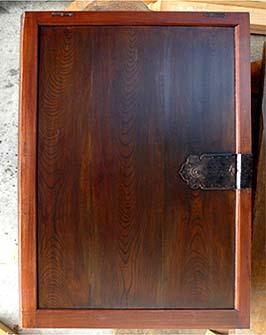 塗装されて仕上がった蔵戸