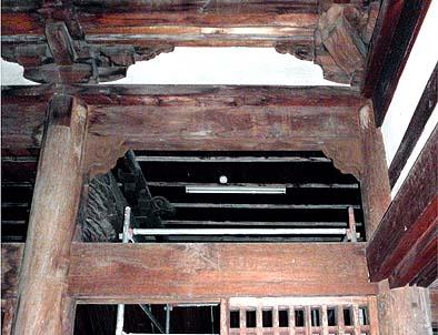 内陣の紅梁と柱の交差する部分に取り付けたダンパーは肘木(ひじき)様の装飾板で金属板が見えないようにカバー