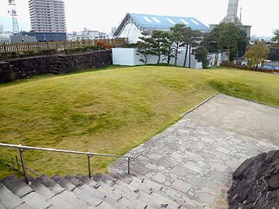 本丸(ほんまる)下の芝生広場に場所を決定、正面奥に鉄門復元工事の仮設上屋が見える