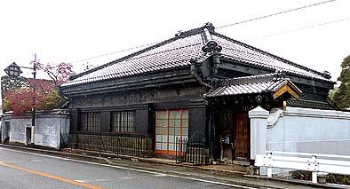 石川家の商家住宅、道路に面する蔵造りの外観