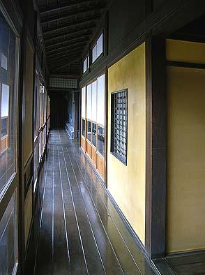 廊下に面する黄色い大津壁の磨き仕上げ
