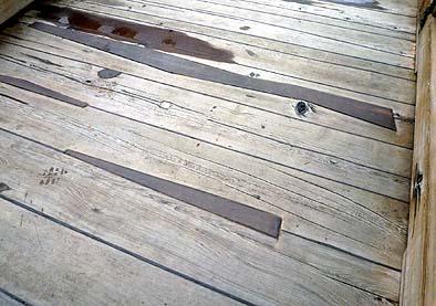 歩行面の板の埋木と欄干まで含めた木部への防腐剤の塗布を行いました、使用されている材木は腐朽しにくいヒバ材です